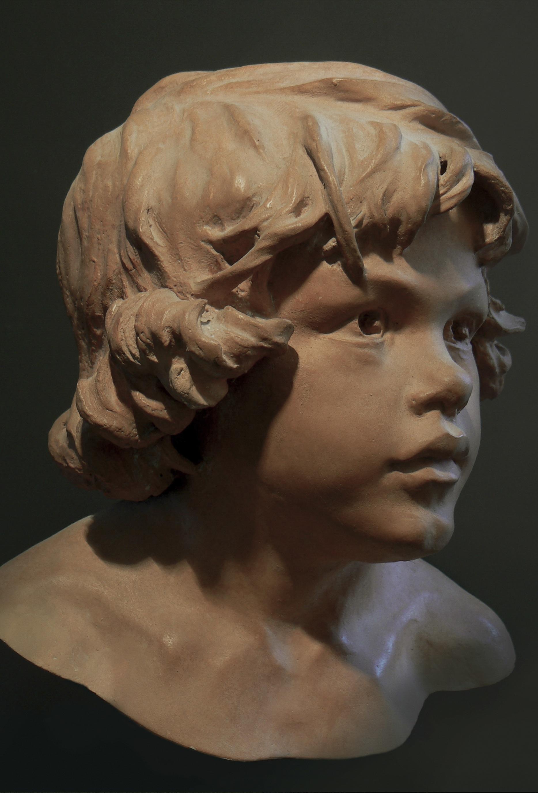 sculpture d'un visage d'enfant